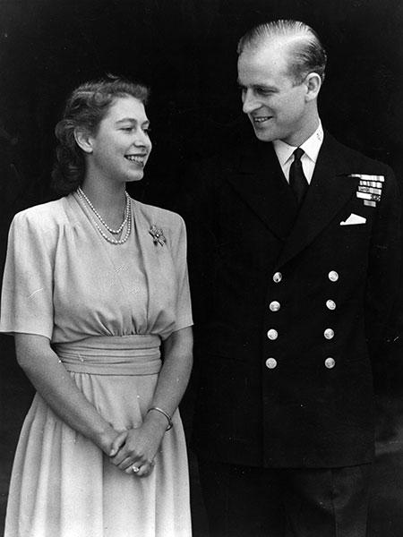 La entonces princesa Isabel con Felipe el día del anuncio de su compromiso, en julio de 1947.