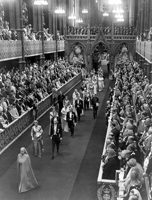 Procesión encabezada por la princesa Alicia de Grecia al abandonar la Abadía de Westminster tras la coronación de la reina Isabel II, el 2 de junio de 1953. (Foto: Getty Images)