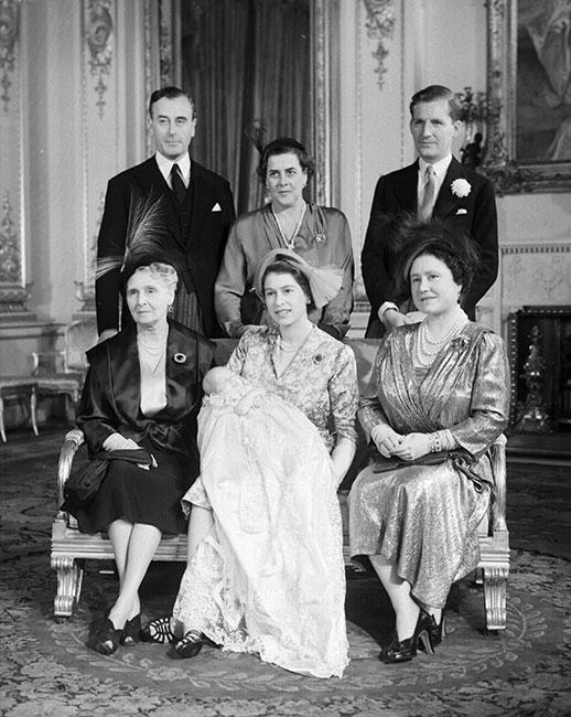 El bautizo de la princesa Ana, hija de la princesa Isabel y el duque de Edimburgo, con sus padrinos. En última fila, de izquierda a derecha: el conde Mountbatten de Birmania (su tío abuelo paterno), la princesa Margarita de Grecia y Dinamarca (su tía paterna), y el Excmo. y reverendo Andrew Elphinstone (su primo). En la primera fila, de izquierda a derecha: la princesa Alicia, condesa de Athlone (su abuela paterna); la princesa Isabel con la princesa Ana y la reina Isabel. (Foto: Getty Images)