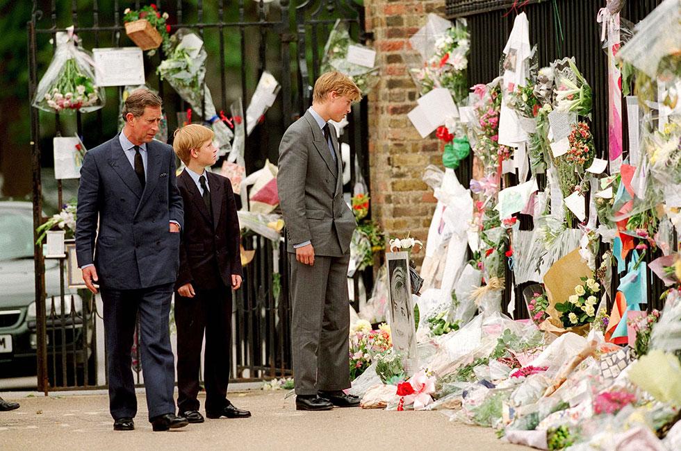 Carlos, Harry y William viendo homenajes a Diana