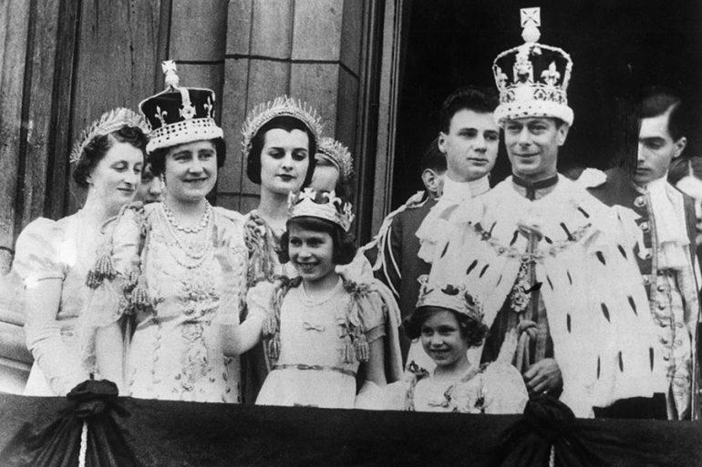 Familia real británica en el balcón del palacio de Buckingham el 12 de mayo de 1937