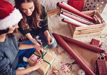 Envolviendo regalos de Navidad
