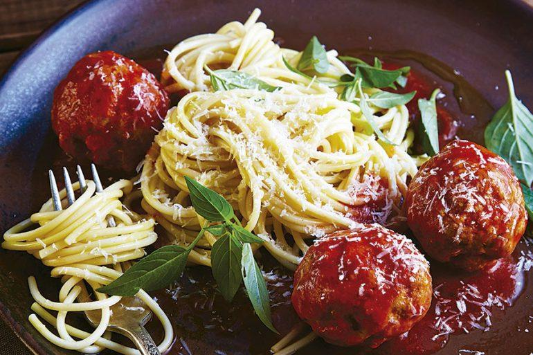 Espagueti con albóndigas y albahaca