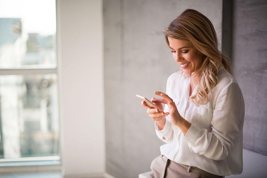 Mujer y celular