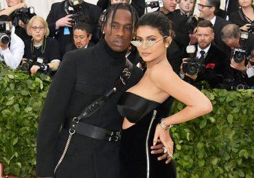 Travis Scott y Kylie Jenner en la gala Met 2018