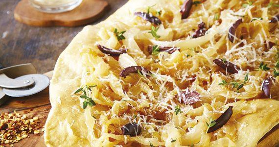 Pizza con cebolla caramelizada, aceitunas y tomillo