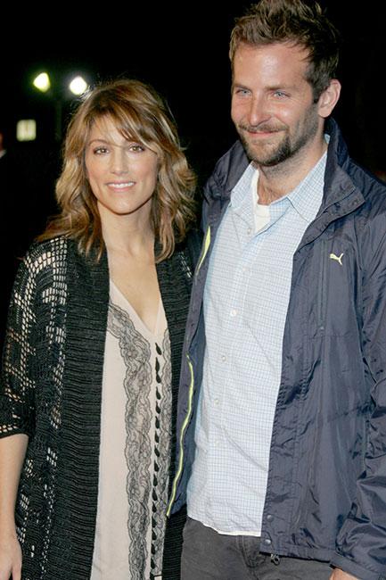 "Jennifer Esposito y Bradley Cooper en 2006 en la première de ""Babel"", en Westwood, California."