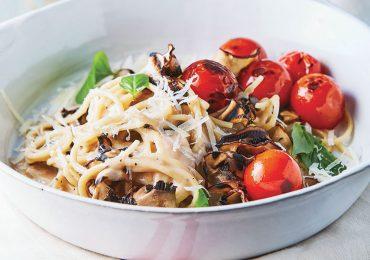 Espagueti con champiñones y tomate cherry