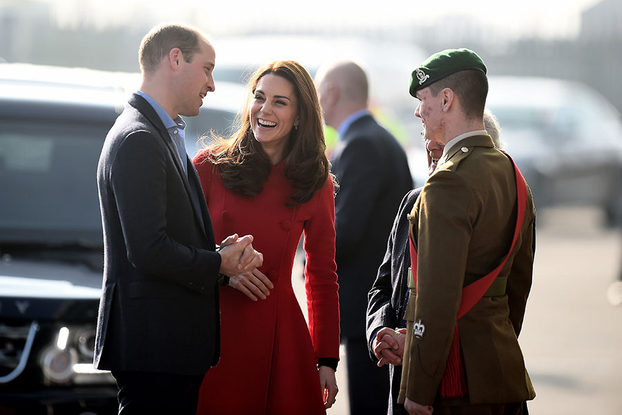 Kate Middleton en Belfast con abrigo rojo