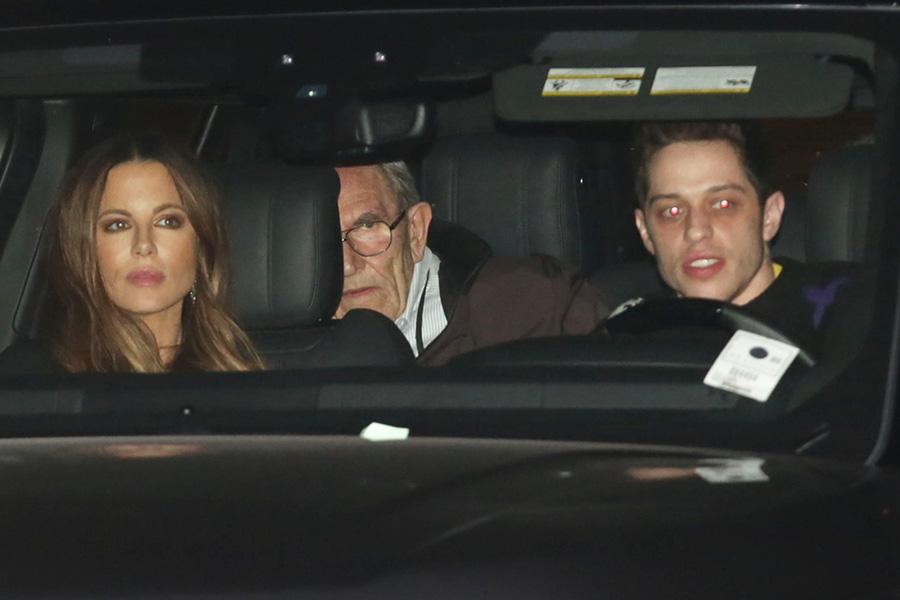 Kate Beckinsale y Pete Davidson con la familia de ella