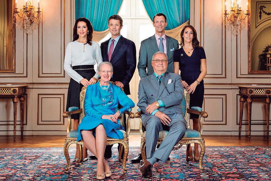 La reina Margarita con el fallecido príncipe Enrique, y con sus hijos.