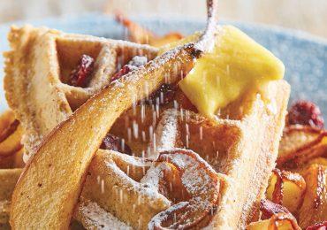 Waffles con pera rostizada y arándano