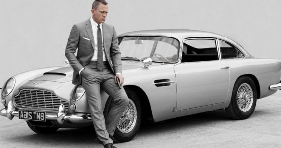 Daniel Craig como James Bond en su Aston Martin