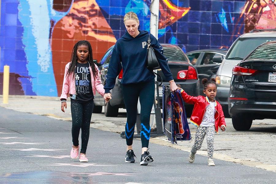 Charlize Theron y su hijo: ¿por qué lo viste de niña?