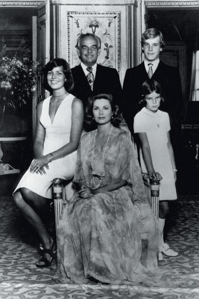 Rainiero III y Grace Kelly, junto a sus hijos Carolina, Alberto y Estefanía.