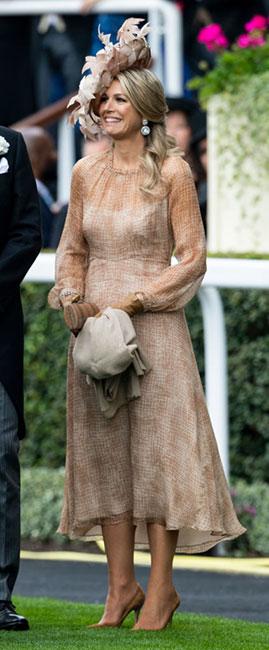 """La reina de origen argentino se apegó a la perfección al """"dress code"""" de Royal Ascot y estrenó un vestido midi de la firma Natan en color arena y transparencia, que completó con zapatos de tacón de Gianvito Rossi. (Foto: Getty Images)"""