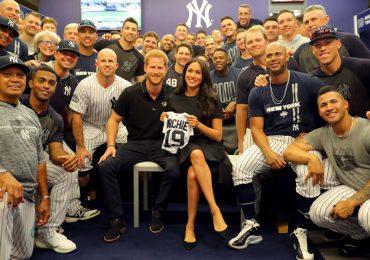 Meghan y Harry en partido de los Red Sox de Boston y los Yankees de Nueva York