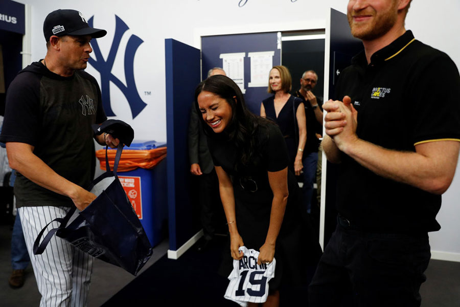 Meghan y Harry en partido de los Red Sox de Boston y los Yankees de Nueva York