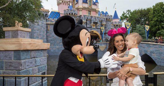 Eva Longoria con Santi y Mickey en Disney