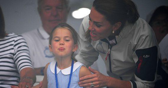 Charlotte saca la lengua en la King's Cup