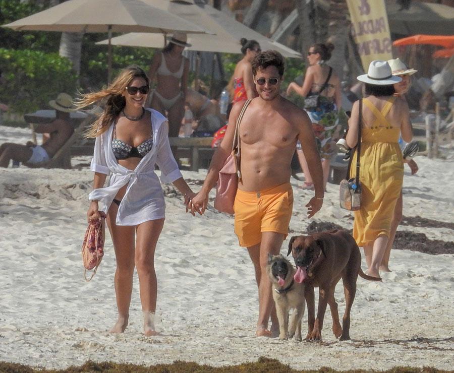 Diego Boneta y Mayte Rodríguez con sus perros en Tulum