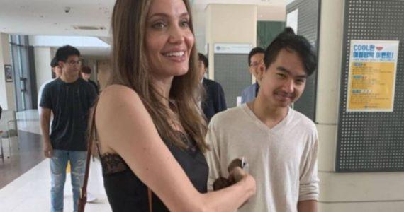 Angelina Jolie y Maddox en la universidad