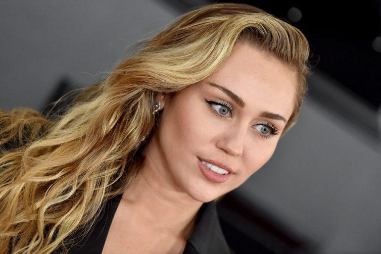Miley Cyrus revela cuál ha sido el atuendo más arriesgado de su carrera