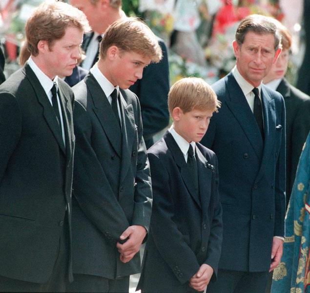 Los príncipes William, Harry y Carlos en el funeral de la princesa Diana.
