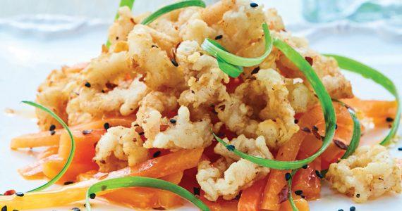 Calamares fritos sobre ensalada de papaya con jengibre y chile de árbol