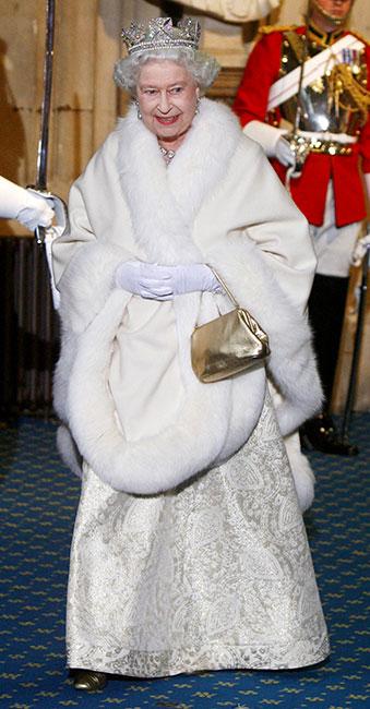 Reina Isabel usando piel