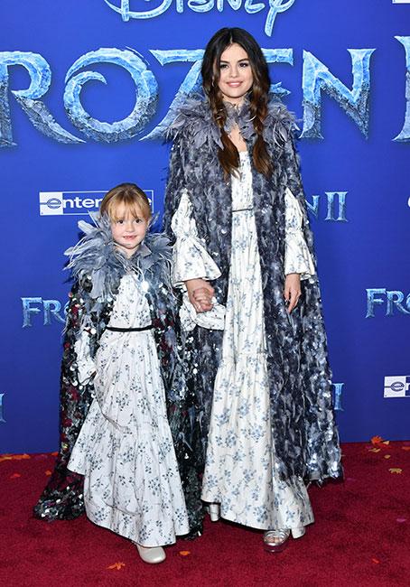 Gracie Teefey y Selena Gomez en première de Frozen 2