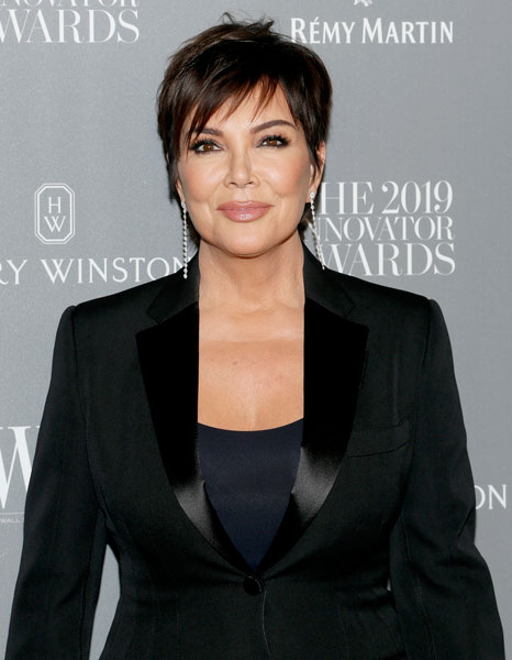 Khloé Kardashian apostó por la originalidad este año a la hora de hacerle un regalo por el Día de las Madres a Kris Jenner preparando un kit con un vibrador, vodka y un vapeador de marihuana.