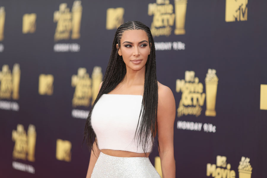 Kim Kardashian se ha vuelto adicta a los corsés