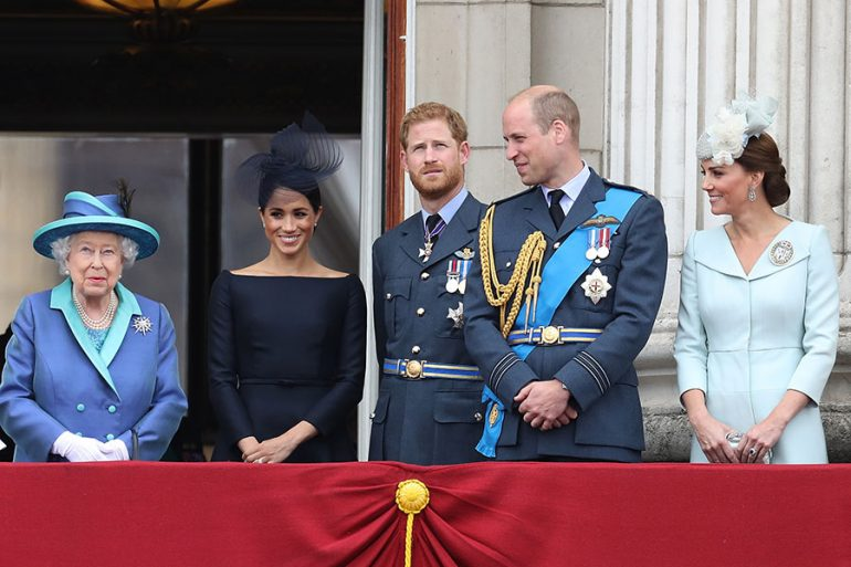 Reina Isabel con los duques de Sussex y Cambridge