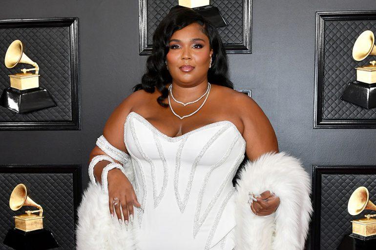 Lizzo vestida de blanco en el Grammy