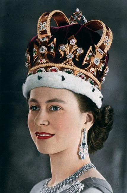 Reina Isabel II con su corona