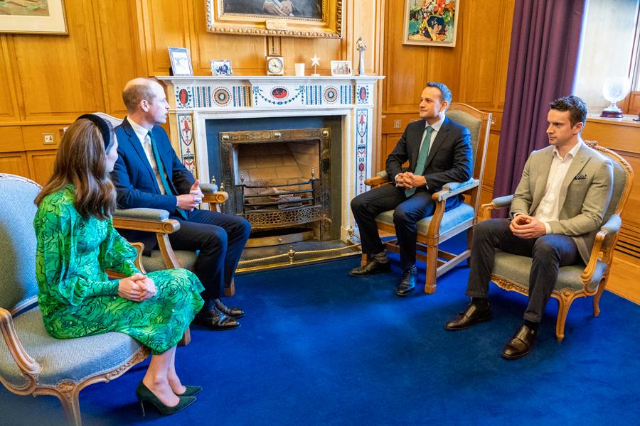 Duques Cambridge rinden homenaje Irlanda