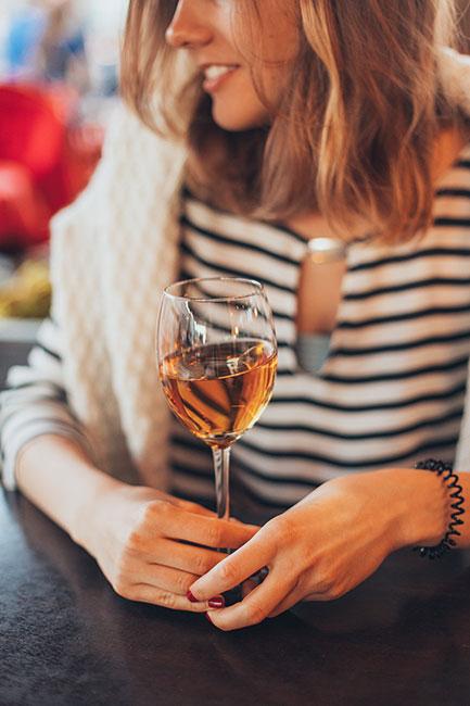 Cómo se toma una copa de vino