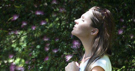 Mujer tomando sol en jardín