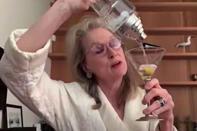 Meryl Streep preparando cocktail