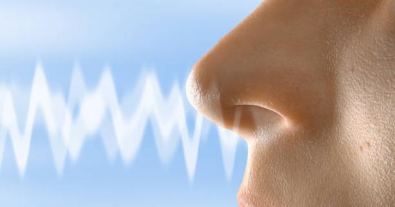Dolor de cabeza y pérdida del olfato, síntomas más comunes de formas leves de COVID-19