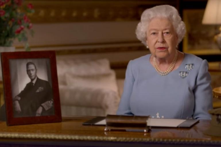 """La reina Isabel II pide a los británicos no """"perder la esperanza"""""""