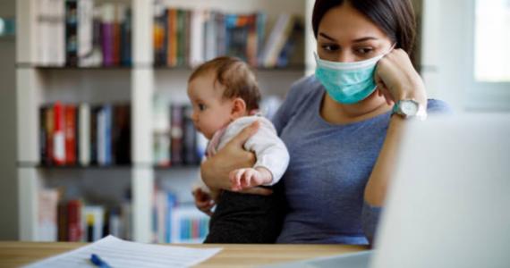 Mamás trabajan doble o triple turno durante la cuarentena