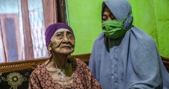¡Una indonesia de 100 años sobrevive al coronavirus!