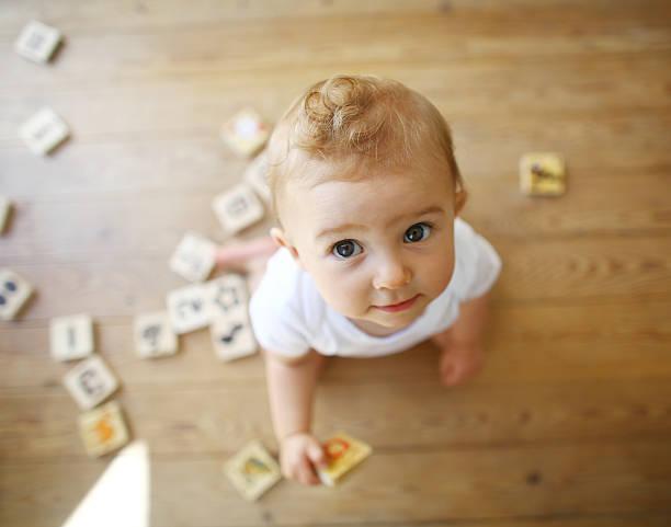 Bebé rubio jugando con letras