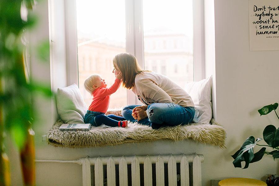 Madre e hijo en ventana