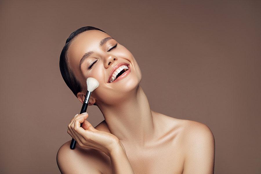 Mujer aplicándose blush