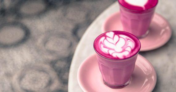 Qué es el pink latte y cómo se prepara