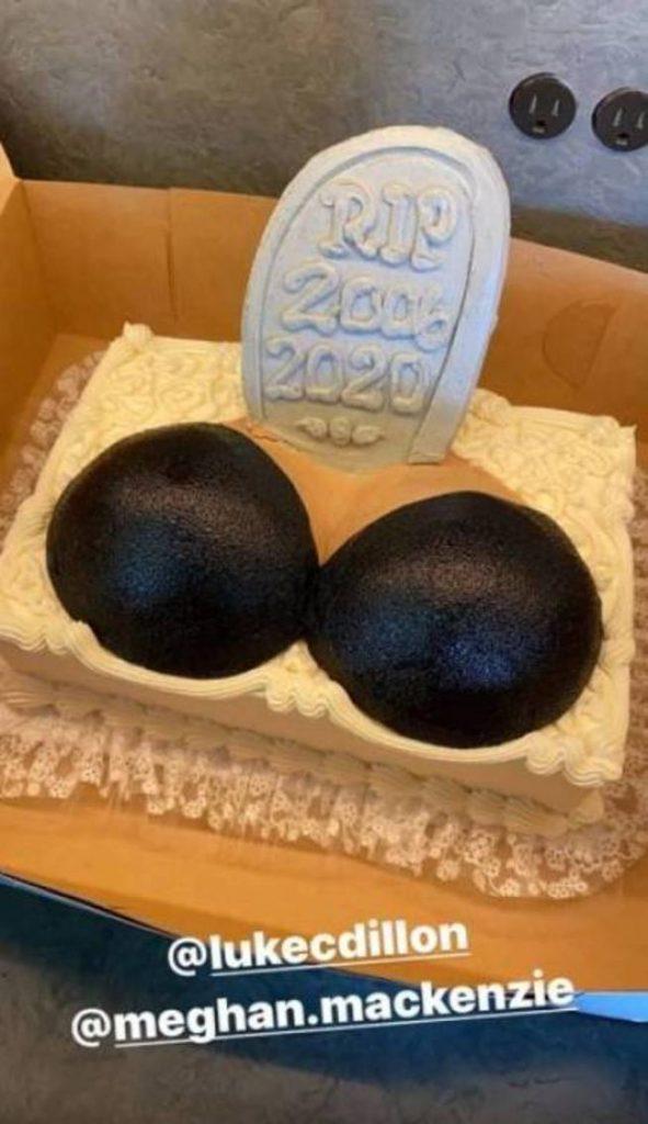 Chrissy Teigen celebra sus nuevos pechos con un divertido pastel