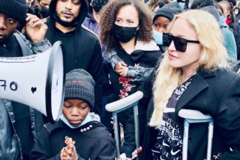 Con muletas, Madonna se une a las protestas contra el racismo en el Reino Unido